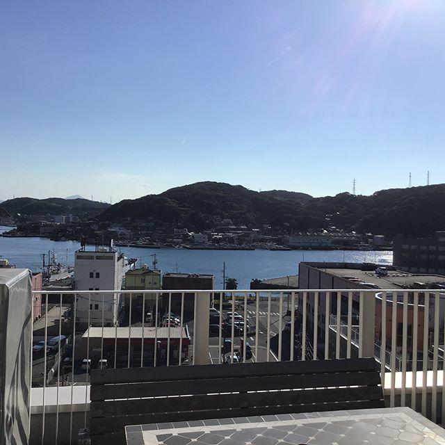 残暑厳しい日が続きますね(-。-;学校のベランダの写真です。天気が良いと海がキレイに見えるので思わずパシャ📸駅の周辺も学校から良く見えます。(๑˃̵ᴗ˂̵)