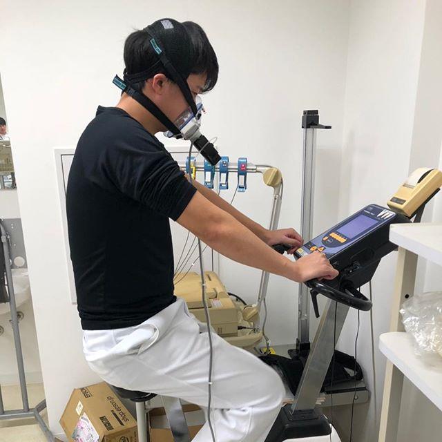 体力の検査の授業風景です!マスクをつけて、心電図をつけて、エルゴメーター実施中の変化をモニターを見ながら勉強中ー(๑˃̵ᴗ˂̵)
